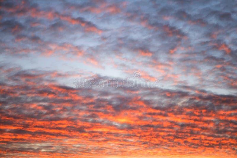 Hemel in de roze en blauwe kleuren het effect van lichte die pastelkleur van zonsondergangwolken wordt gekleurd betrekt op de ach royalty-vrije stock fotografie