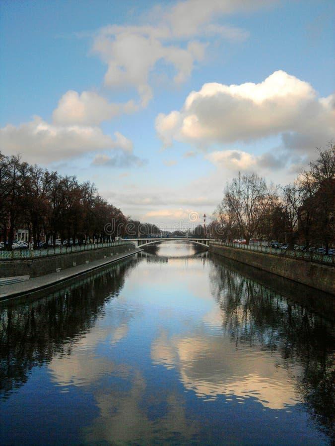 Hemel die in rivier nadenken royalty-vrije stock fotografie