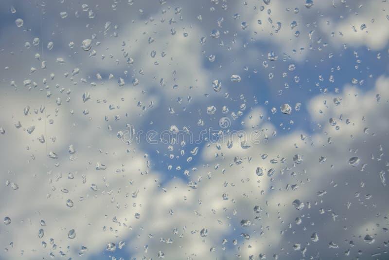 Hemel door een nat venster stock fotografie