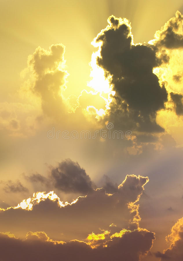 Hemel - Dramatische wolken bij zonsondergang royalty-vrije stock fotografie