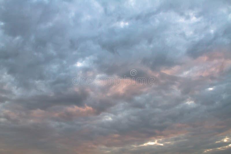 Hemel en geheimzinnige wolk met oranje en blauwe kleur van zonsondergang na onweer stock afbeeldingen