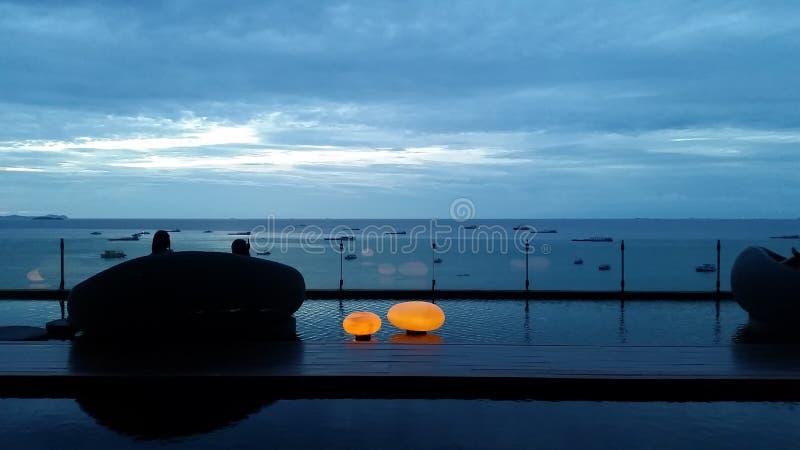 Hemel en overzees in de avond in pattaya royalty-vrije stock afbeeldingen