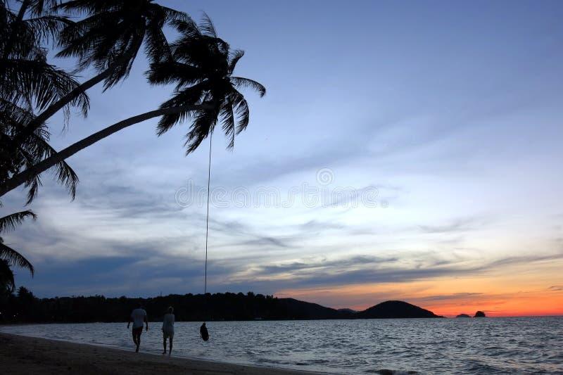 Hemel en strand in de avond stock fotografie