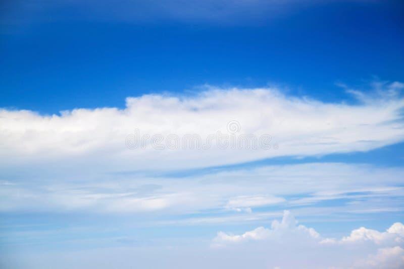 Hemel en wolken van de atmosfeer de de ruimtelucht De achtergrond van de weeraarde royalty-vrije stock afbeelding
