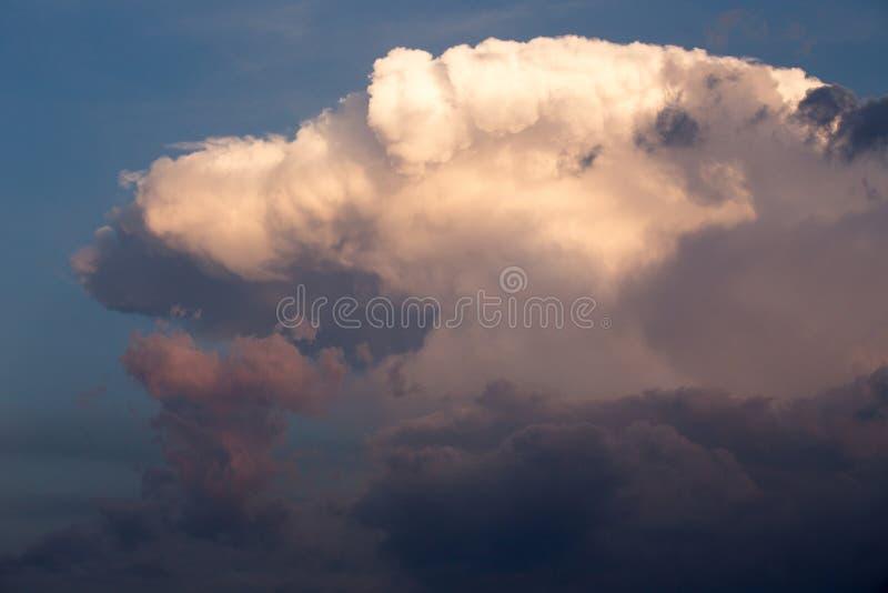 Hemel met grote witte en grijze wolken stock foto