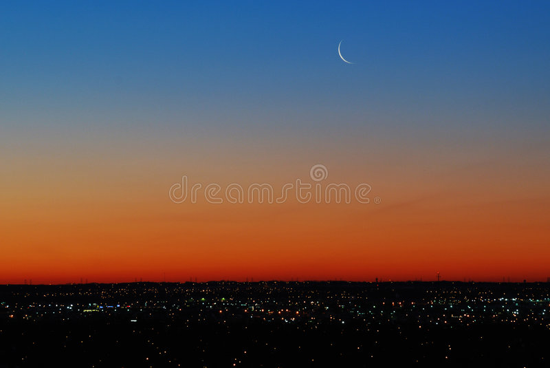 Hemel met maan vóór zonsopgang royalty-vrije stock fotografie