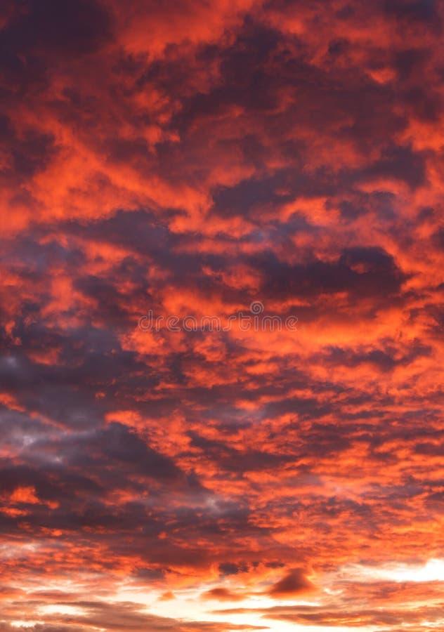 Hemel met rode en grijze wolken royalty-vrije stock foto