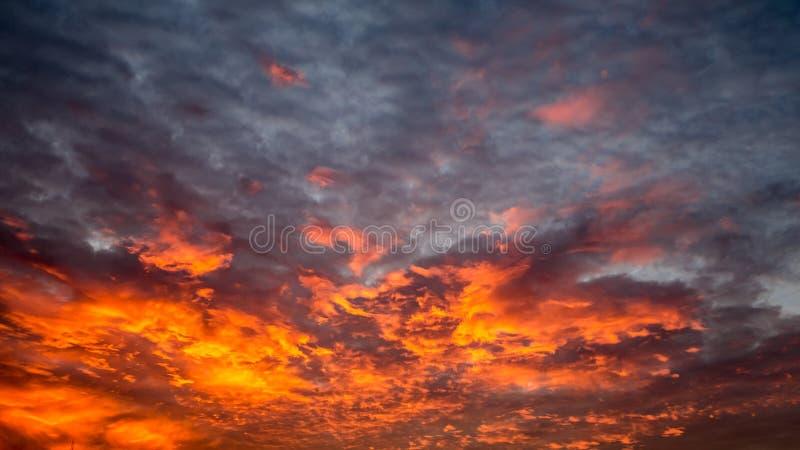 Hemel met rode wolken stock fotografie