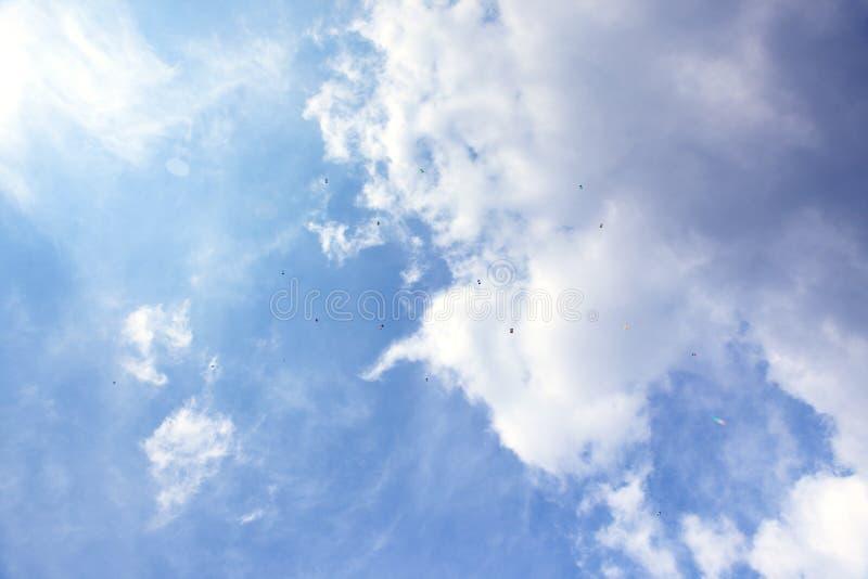 Hemel met skydivers stock afbeelding