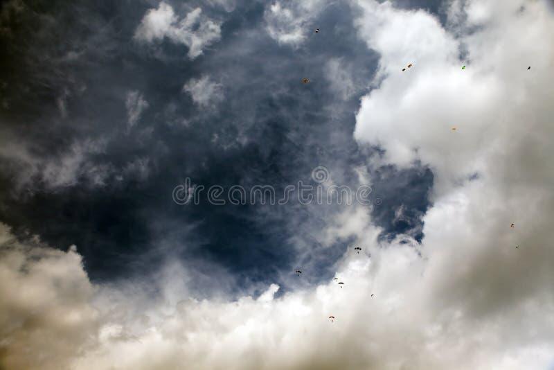 Hemel met skydivers stock foto's