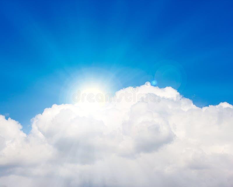 Hemel met wolken en zon stock afbeelding