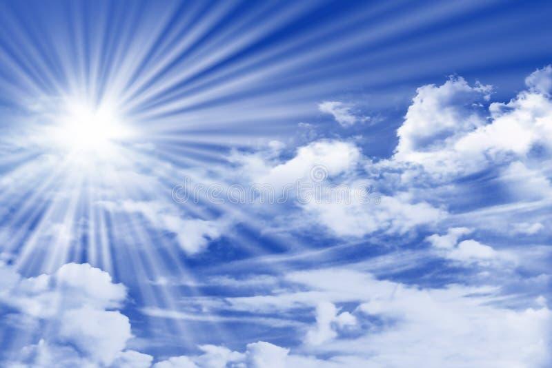 Hemel met wolken en Zon royalty-vrije stock afbeeldingen