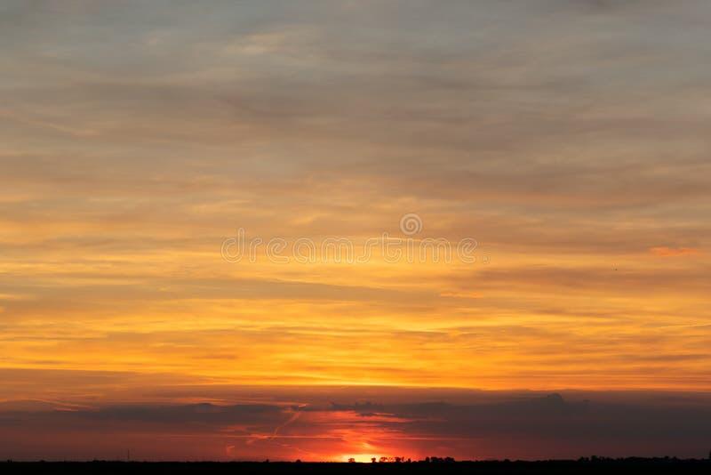 Hemel met wolken en zon royalty-vrije stock foto's