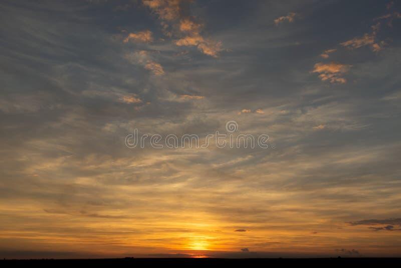 Hemel met wolken en zon royalty-vrije stock fotografie