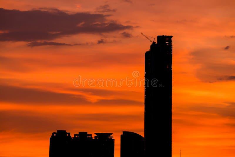 Hemel met wolken over de avondstad royalty-vrije stock foto's