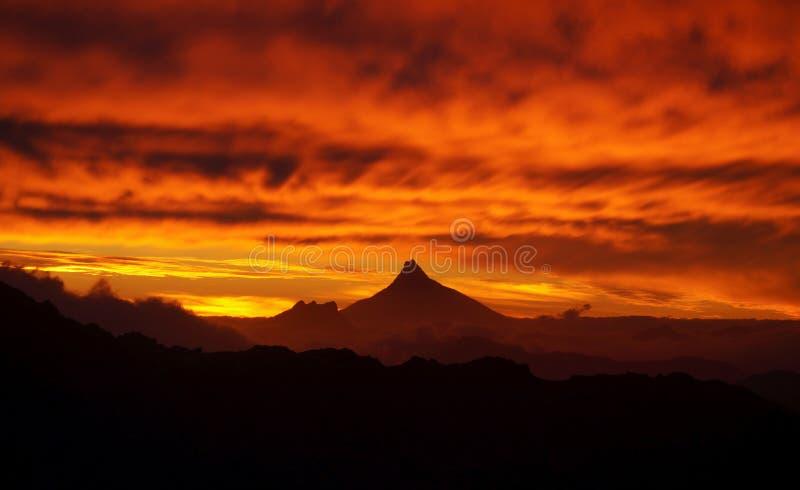 Hemel op brand met mordor zoals vulkaan bij zonsondergang in Nahuel Huapi National Park, Argentinië stock afbeelding