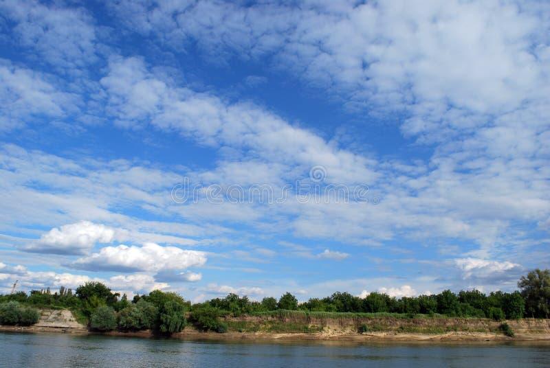 Hemel over de rivier stock foto