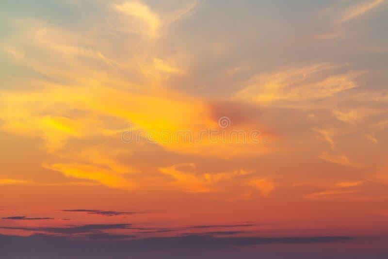 Hemel tijdens een kleurrijke, heldere oranje zonsondergang stock afbeeldingen
