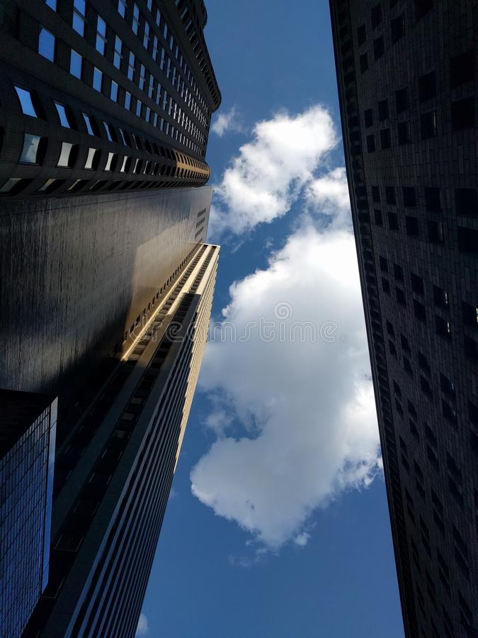 Hemel tussen twee gebouwen stock foto