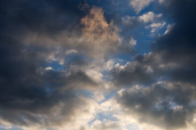 Hemel vóór een ontwikkelend onweer in de middag stock afbeeldingen
