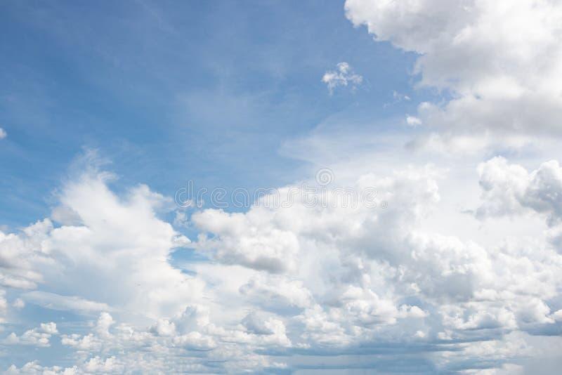 Hemel - Verbazende wolkenhemel bij de zomer royalty-vrije stock fotografie