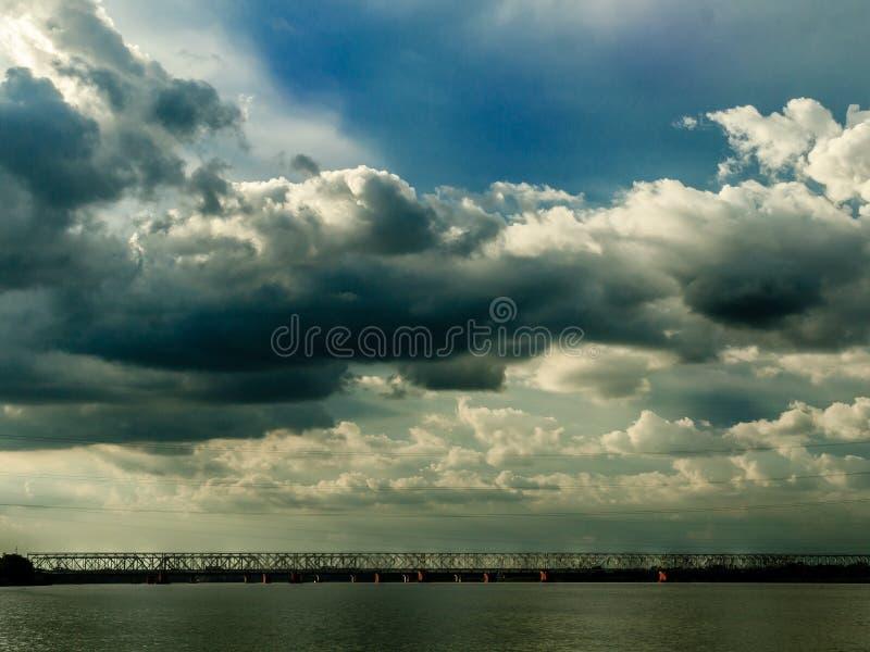 Hemel, wolken en een brug royalty-vrije stock foto's