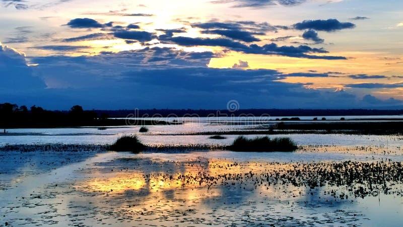 Hemel, wolken, licht, mooi blauw in Avondhemel royalty-vrije stock fotografie