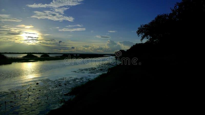 Hemel, wolken, lichte, mooie Avondhemel en Boten van vissers royalty-vrije stock foto