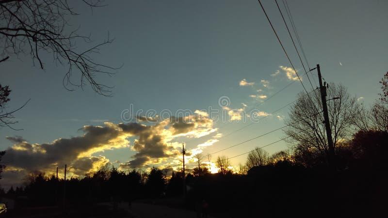 Hemel, zonsondergang, gouden wolken stock afbeelding