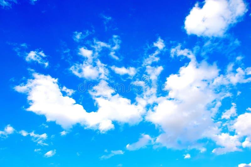 Hemelblauw met Wolken Kleurrijke Toneel Achtergrondvoorraadfoto stock afbeeldingen