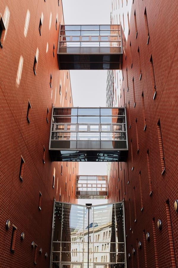 Hemelbrug tussen twee de commerciële hoge stijgingsbouw in de stadskern van de binnenstad stock foto's