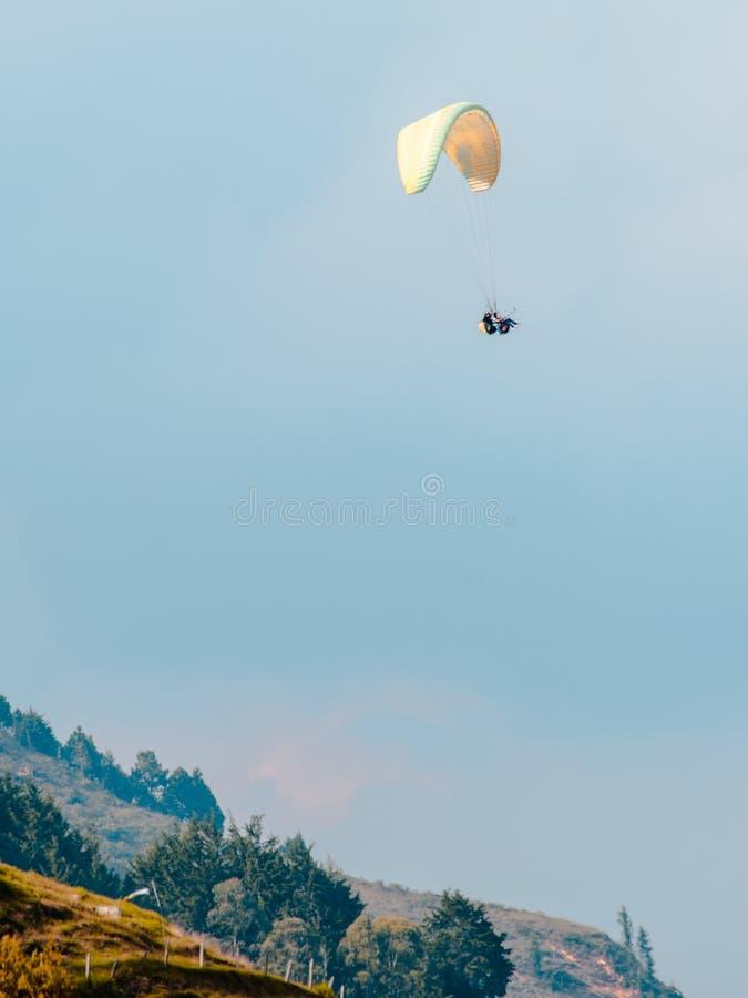 hemelduiker die over de bergen vliegen royalty-vrije stock afbeelding