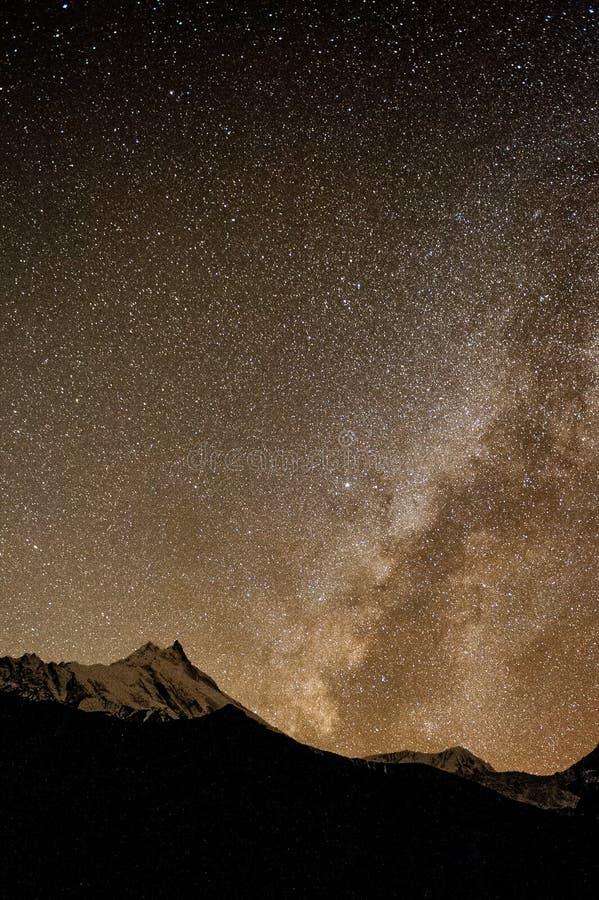 Hemelhoogtepunt van sterren en Melkweg Nightimescène met himalayan bergen en sterrige hemel bij in Nepal, Manaslu, Himalayageberg royalty-vrije stock foto