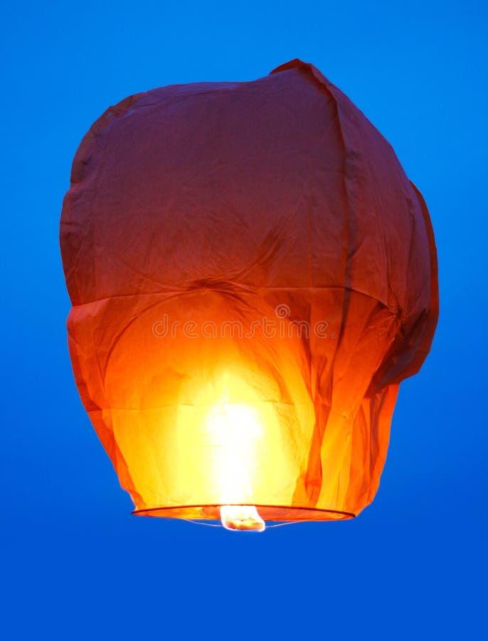 Hemellantaarn met het branden van brand Blauwe hemel Sluit omhoog royalty-vrije stock foto