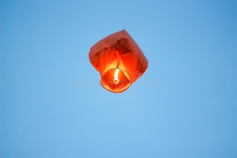 Hemellantaarn met het branden van brand Blauwe hemel Sluit omhoog stock foto