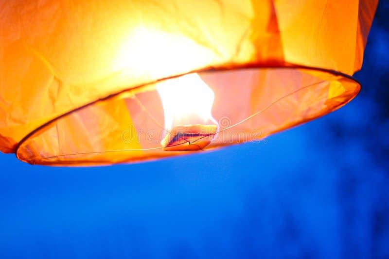 Hemellantaarn met het branden van brand Blauwe hemel Sluit omhoog royalty-vrije stock fotografie