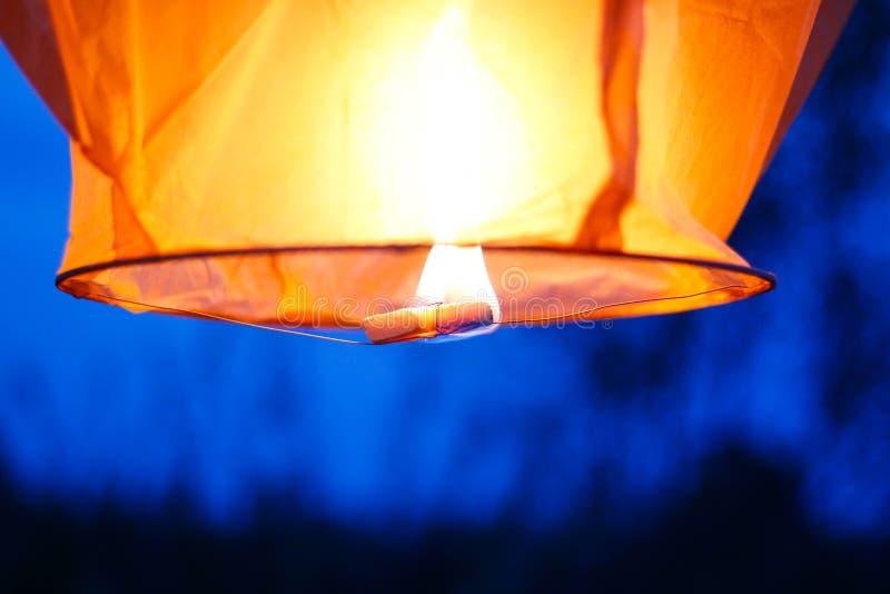 Hemellantaarn met het branden van brand Blauwe hemel Sluit omhoog royalty-vrije stock afbeelding