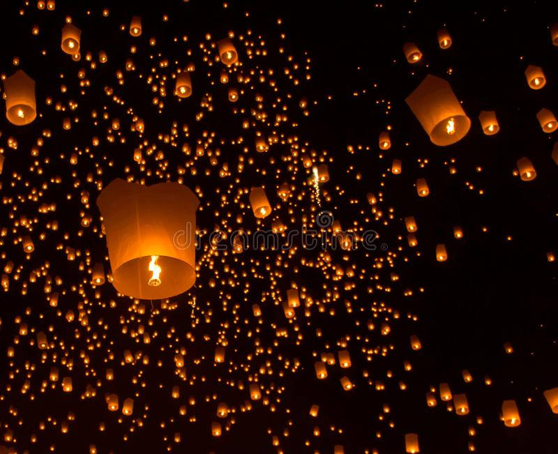 Hemellantaarns, vliegende lantaarns, luchtballonnen in Loy Krathong Festival stock afbeeldingen