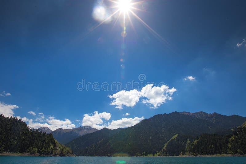 Hemelmeer bovenop berg in Urumqi, JinJiang, China stock foto's