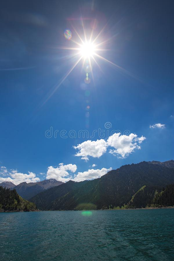 Hemelmeer bovenop berg in Urumqi, JinJiang, China royalty-vrije stock afbeelding