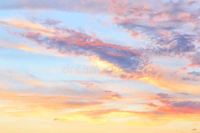 Hemelse abstracte de zomer zachte achtergrond De mooie schilderachtige heldere majestueuze dramatische hemel van de avondochtend  royalty-vrije stock afbeelding