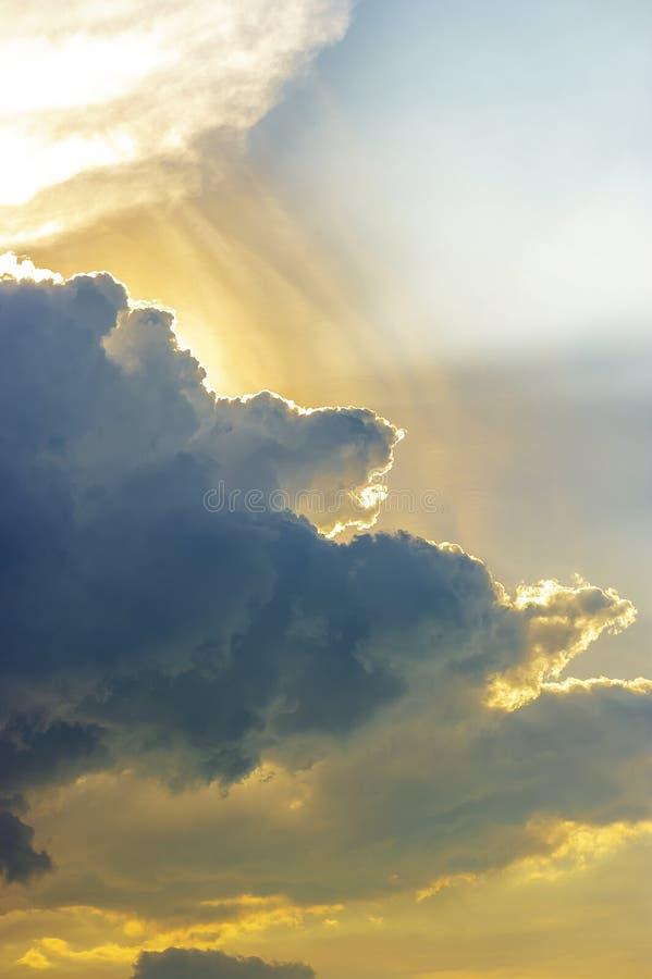 Hemelse die Zon met Dramatische Wolk wordt geplaatst stock afbeeldingen