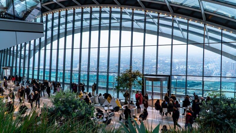 Hemeltuin in Londen met toeristen en de horizon van Londen, Londen, het Verenigd Koninkrijk royalty-vrije stock afbeelding