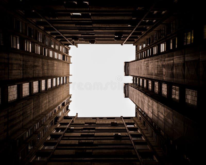 Hemelvenster in de stad stock foto's