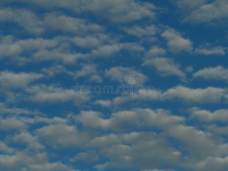 Hemelvochtige witte wolken op een blauwe hemel royalty-vrije stock foto