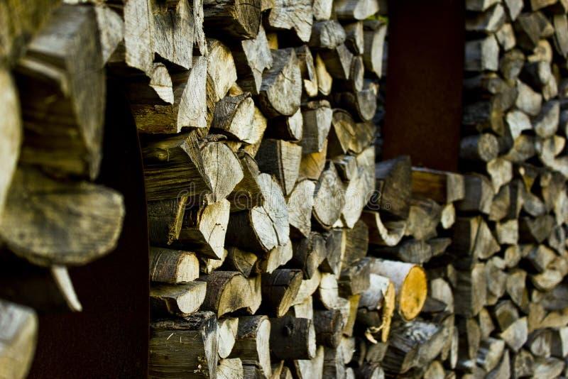 Hemer, Sauerland, северный Рейн Вестфалия, Германия - 20-ое мая 2011: Стог древесины, который хранят для топлива стоковые изображения rf