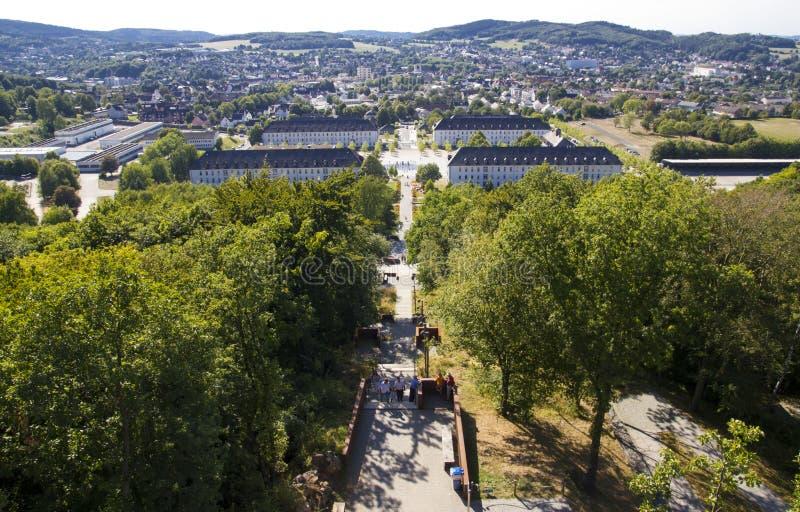 Hemer, Sauerland, le Rhin du nord Westphalie, Allemagne - 16 août 2013 : Vue panoramique au-dessus de ville de Hemer pendant l'ét image stock