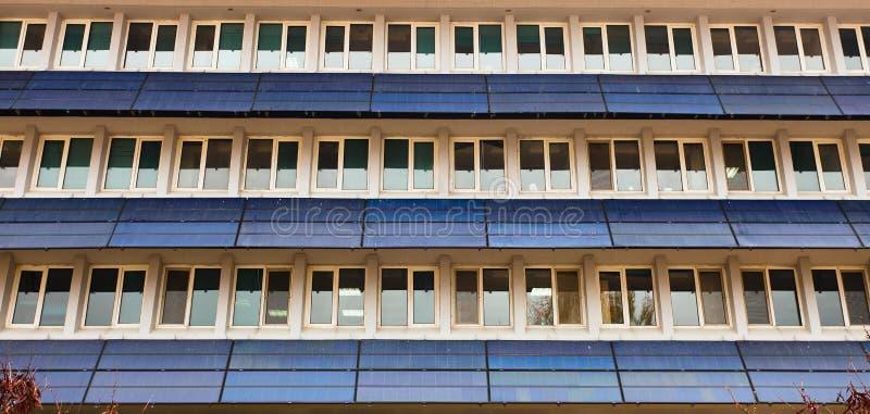hemhjälpen panels sol- ström arkivfoton