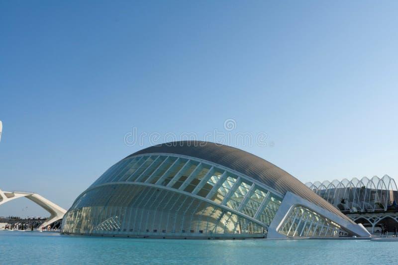 Hemisferic byggnad på vattnet i staden av vetenskaper royaltyfria bilder