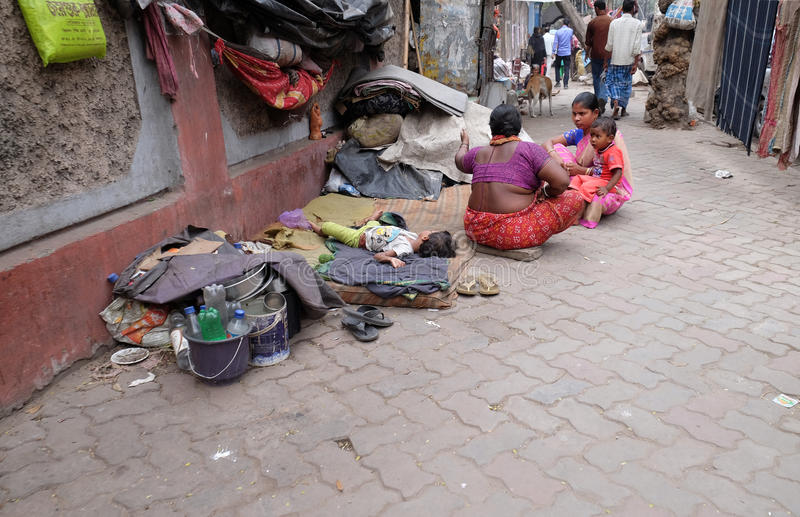 Hemlös familjuppehälle på gatorna av Kolkata royaltyfri fotografi